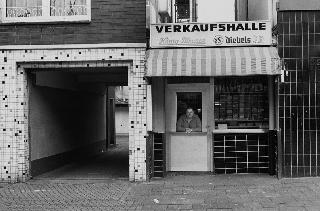 zeigt im Kleinen Schloss: Brigitte Kraemer. Mann und Auto. Die Bude. Im guten Glauben: Reportagen und Fotografien von 1985 bis heute